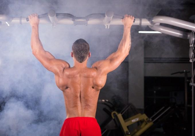 筋トレ器具で背筋を鍛える人