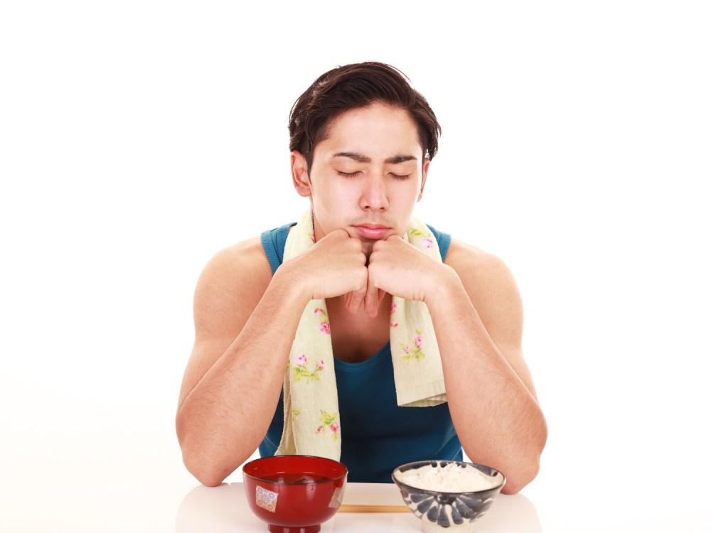 筋トレ中の食事がきついと感じている男性
