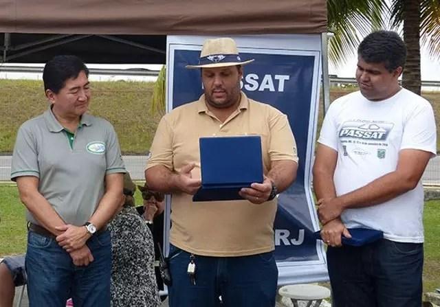 Os Presidentes da FBVA - Roberto Suga (e); do Nictheroy Clube de Veículos Antigos - Alexandre Thomaz; e do Passat Clube RJ - André Grigorevski