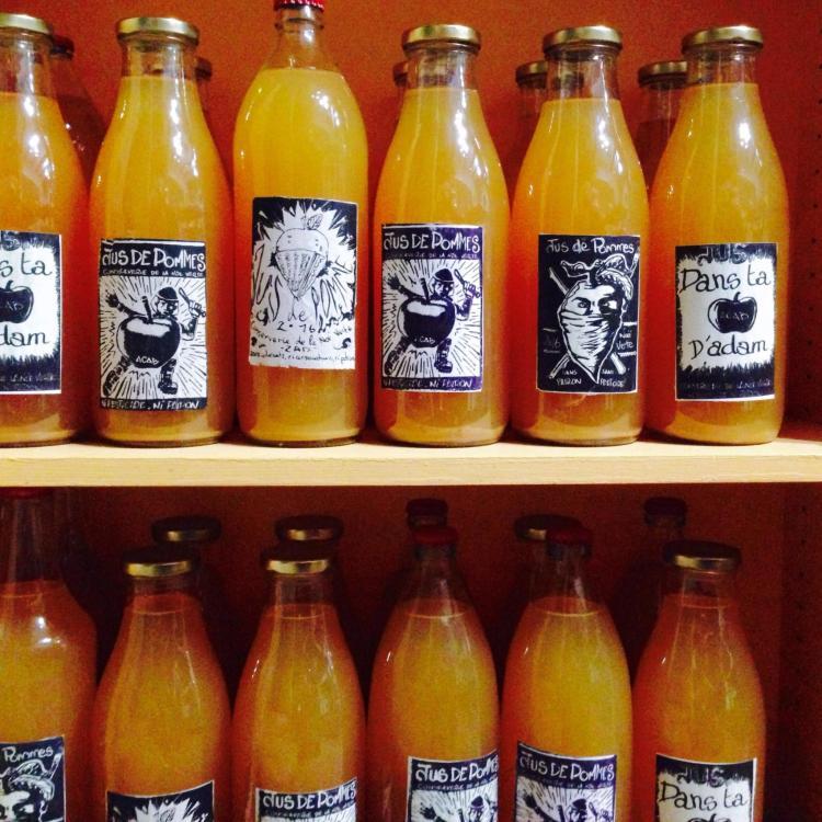 Bouteilles de jus de pommes de la Noë Verte, avec des étiquettes «Maison » anti-autoritaires