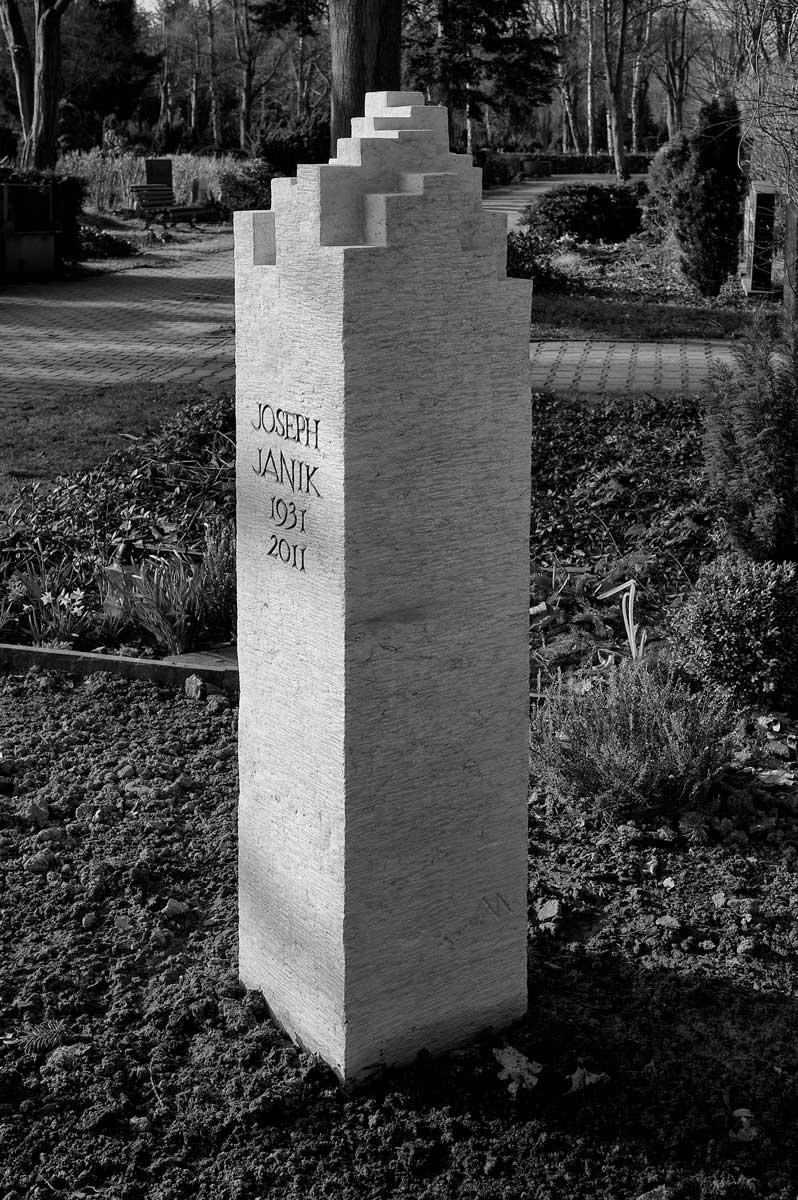 Grabstele für Joseph Janik, Friedhof Berlin-Wilmersdorf, entworfen und gestaltet von Maximilian Klinge