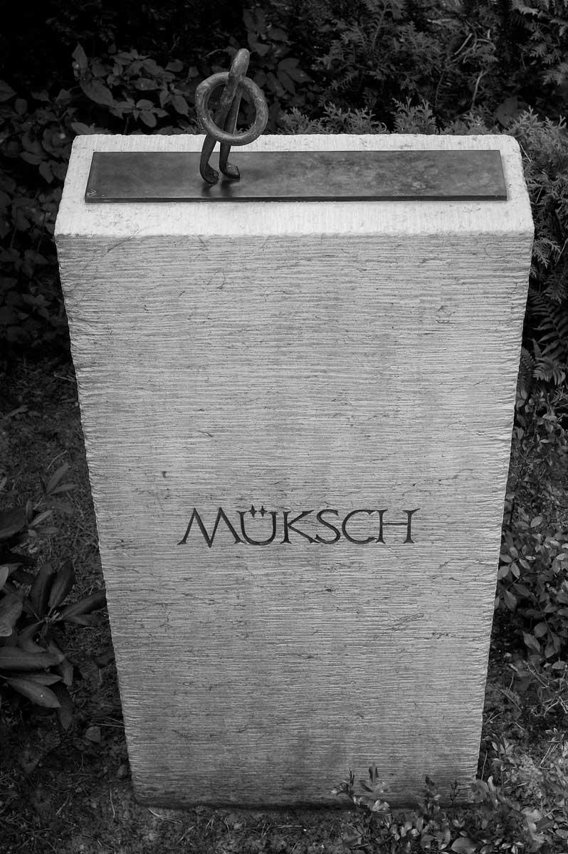 Grabmal Familie Müksch, Waldfriedhof Berlin-Dahlem, entworfen und gestaltet von Maximilian Klinge