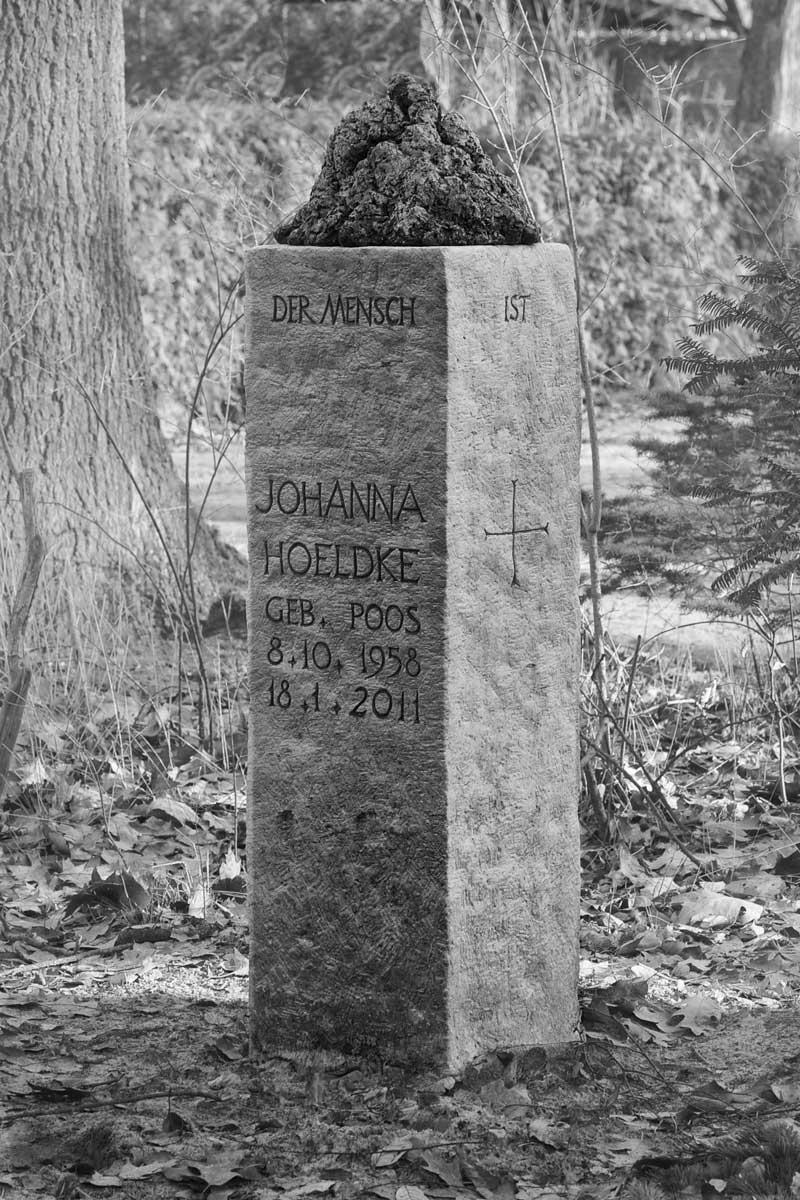 Grabstein für Johanna Hoeltke, Friedhof Berlin-Lichterfelde, Moltkestraße, entworfen und gestaltet von Maximilian Klinge