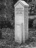 Grabstein für Joachim Wetzel, Friedhof Berlin-Lichterfelde, entworfen und gestaltet von Maximilian Klinge