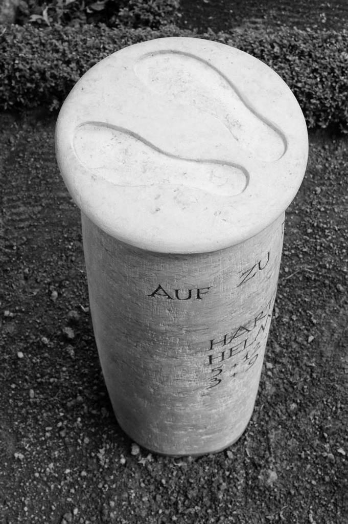 Grabsäule für Hartmut Helmchen, Segenskirchhof Berlin-Weißensee, entworfen und gestaltet von Maximilian Klinge