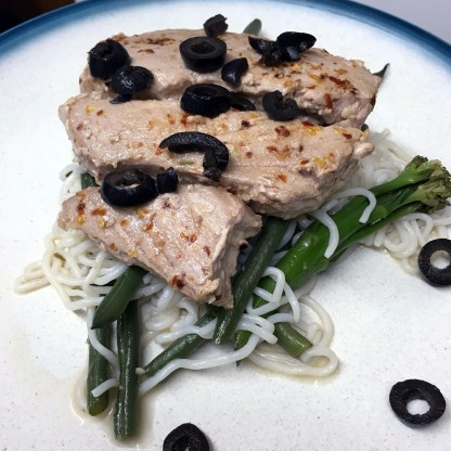 Tuna steak with veggies, olives & anchovies