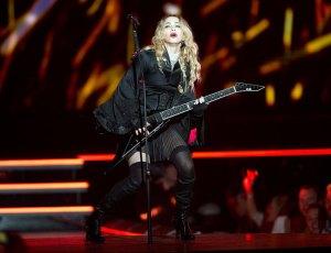 Madonna-on_guitar_3434988k