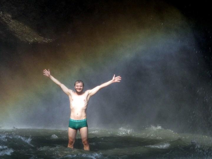 Турист Максон дорвался до водопада.