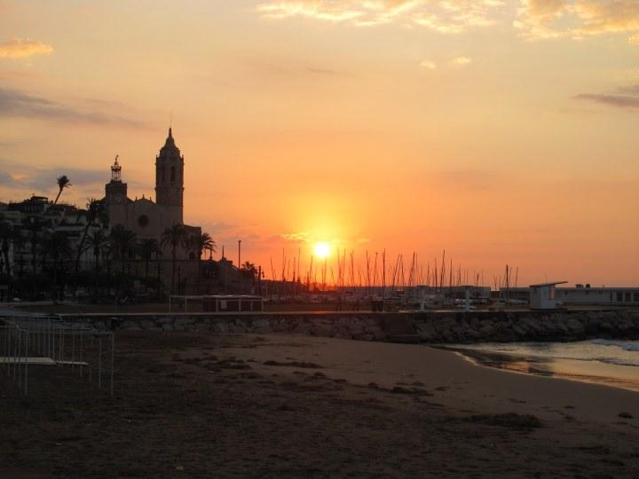 Восход в Сиджесе, Каталония, Испания.