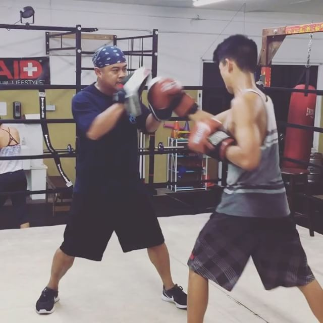 Head Coach Sherman shown here working mitts with one of our teen students. Boxing is an excellent way to channel the stress and worry we face day to day. Whether you start your morning with us or come in after a long day of work/school, @maxwellsboxing is filled with positive energy. We're thankful for our coaches and staff who contribute to this every day. ️️️️️️..#maxwellsboxing #boxing  #mittwork #positivethinking #goodinfluence #coaches #mentors #sdboxing #miramar #sorrentovalley #scrippsranch #poway #miramesa #clairemont #lajolla #delmar #ranchobernardo #pq #rb #sandiego @sherm06