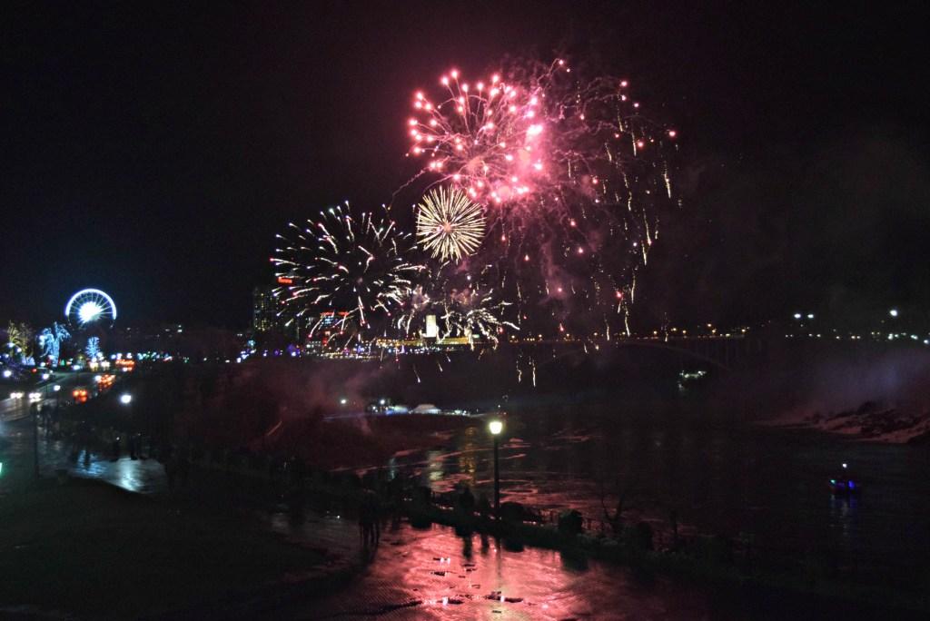 expedia-niagara-falls-fireworks
