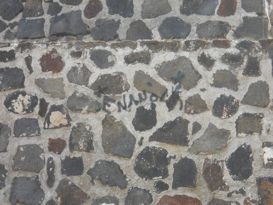 grafiti en la pirámide de Los Reyes