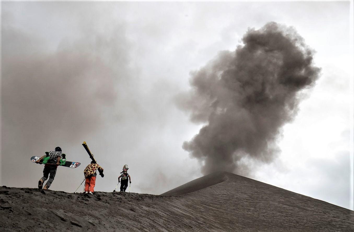 Esquí Freeride en un volcán: Xavier de le Rue, Victor de le Rue y Sam Smoothy descienden el Monte Yasur en SKi Vanuatu.