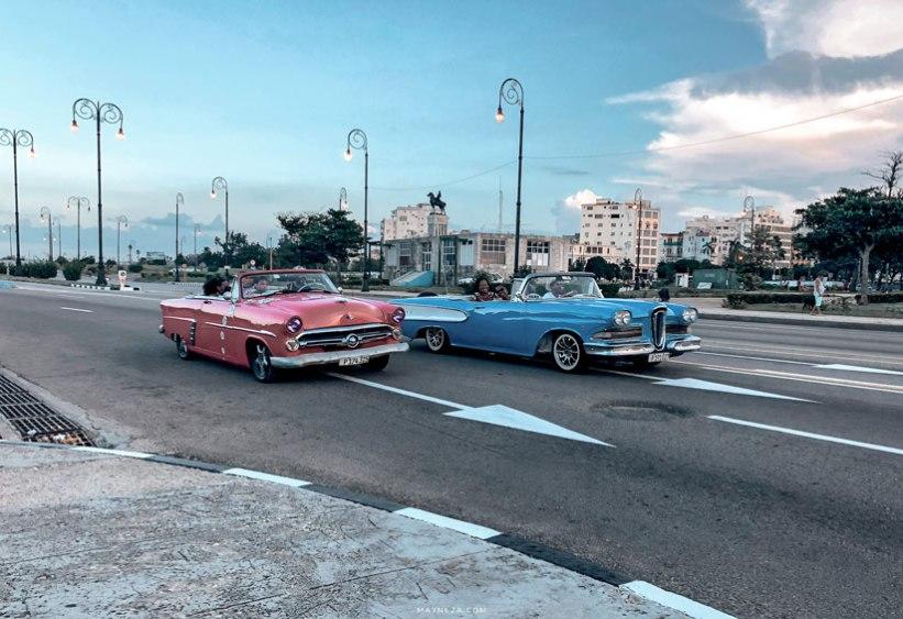 Autos en el Malecón de la Habana, Cuba