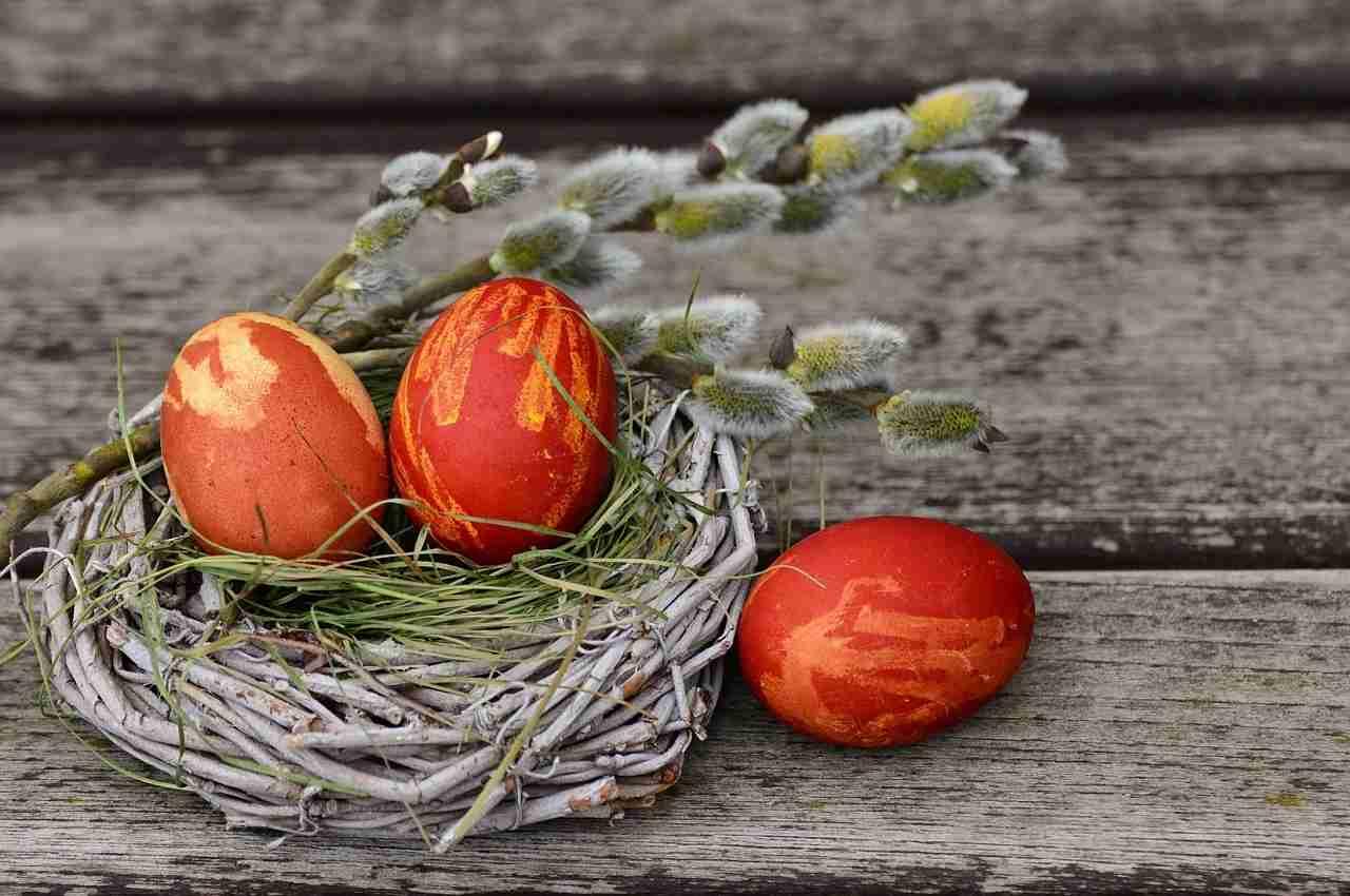 Canasta con huevos celebración de pascua