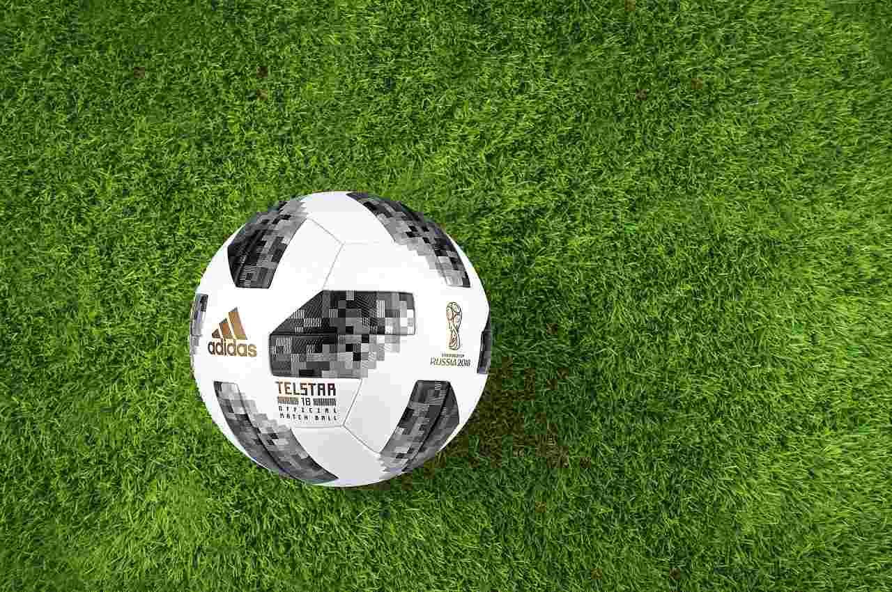 Pelota del mundial de fútbol Rusia 2018 en césped verde