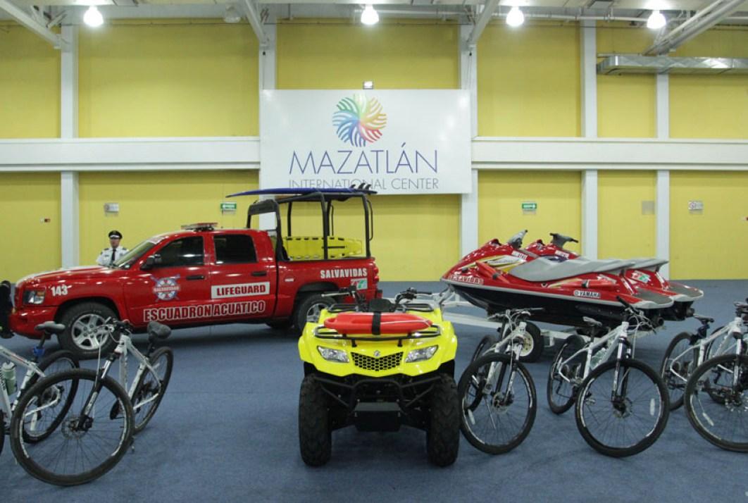 Entrega Carlos Felton equipo de salvamento a policía turística y escuadrón  acuático   Ayuntamiento de Mazatlán