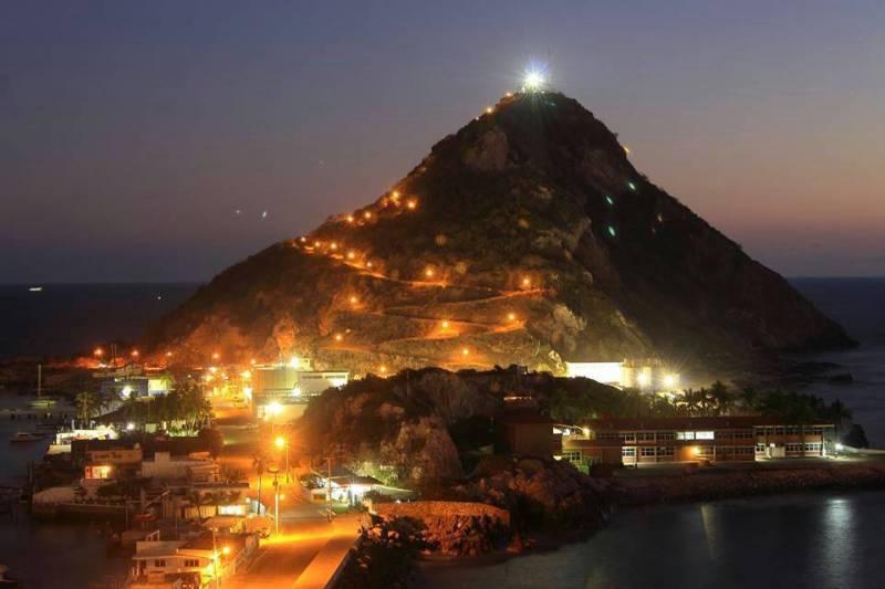 Faro-mazatlan-de-noche