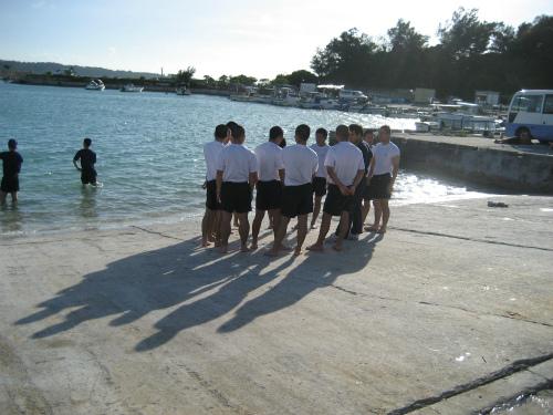 前兼久漁港で、ハーリーの練習をしています