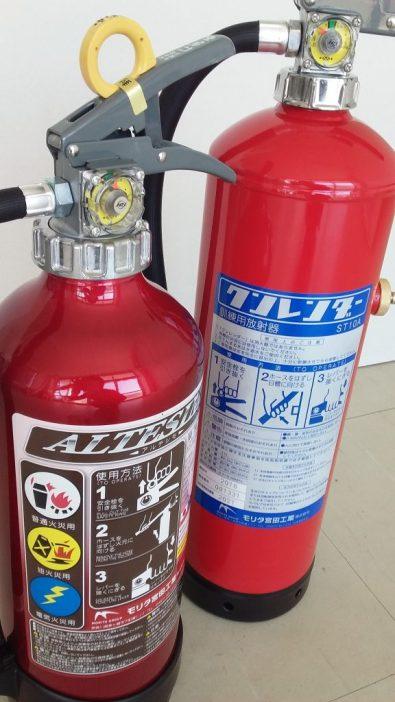 粉末消火器(左)と訓練用の水消火器(右)