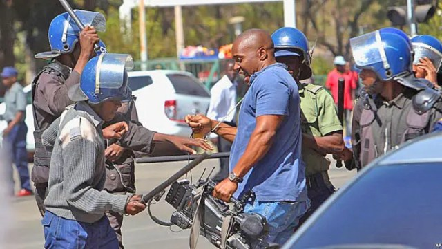 Zimbabwe-Police-beat-journalist
