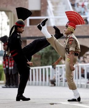 Pakistan'ın Luksor şehri ile Hindistan'ın Amritsar şehrini bağlayan sınır kapısı. Aralarında gerginlik olan iki ülke bayram törenleri esnasında askerleri vasıtasıyla birbirlerine ne kadar güçlü olduğunu göstermek içinyarışmaya başlamışlar.