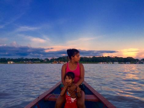 AMAZON'DA SINIR DEĞİŞTİRMEK Burası bir sınır ve bu kadın Peru'dan Kolombia'ya geçiyor.