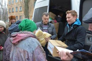 Lawrence Smith (r) and a Ukrainian church leader distributes relief supplies.