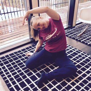 Kylkivenytys lattialla istuen