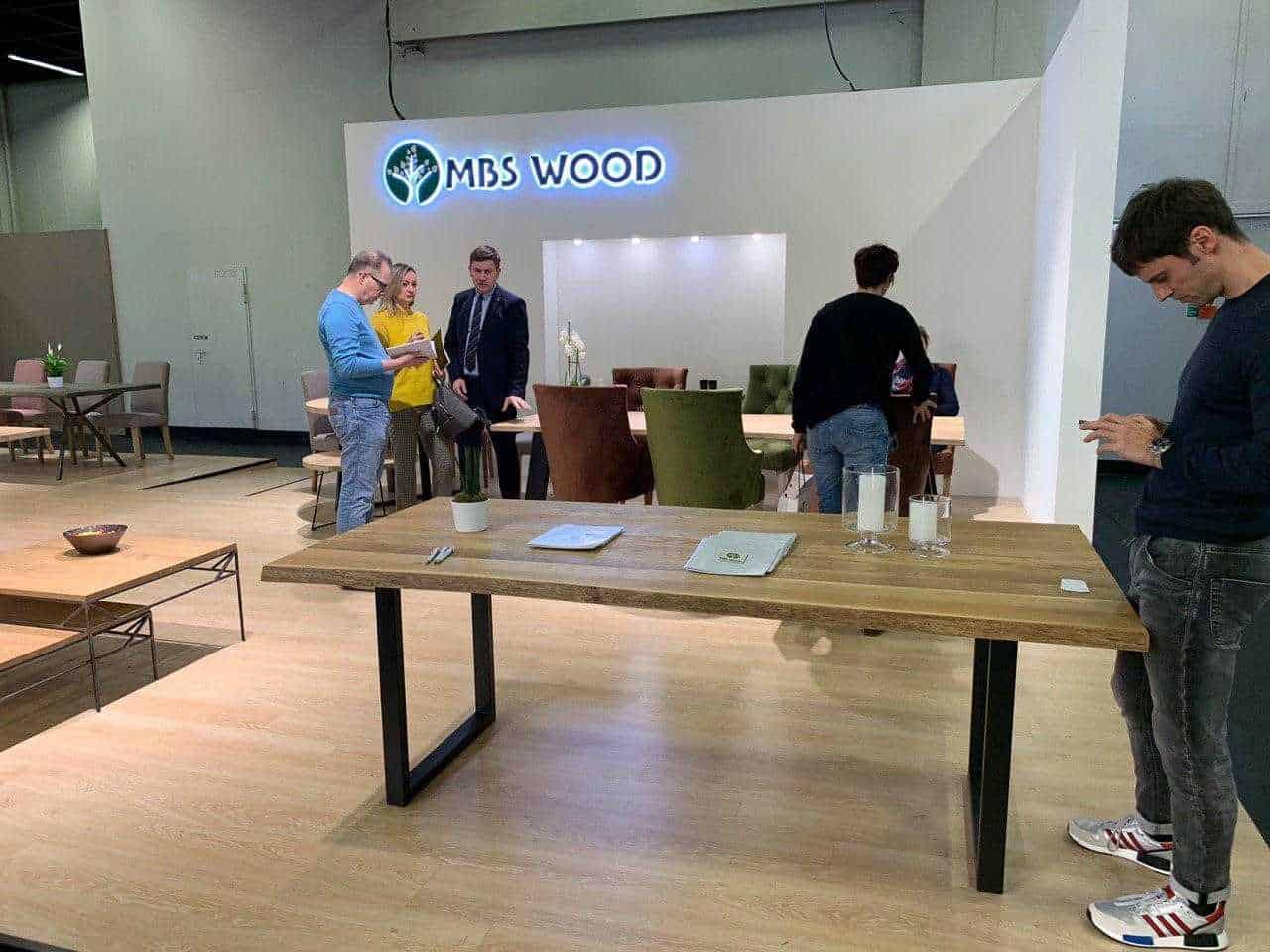 Meubels tentoonstelling houten tafels