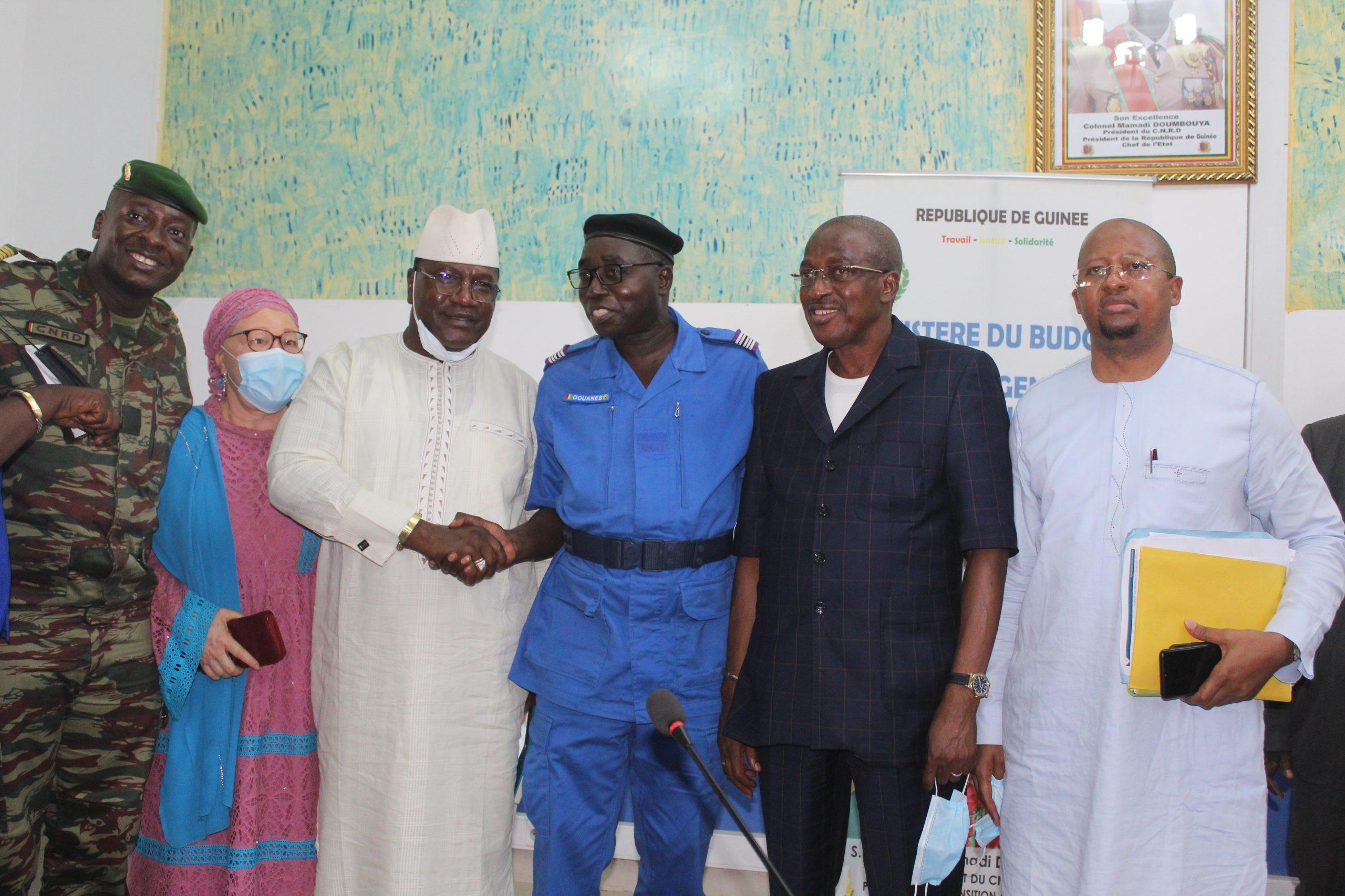 Cérémonie de passation de service entre le Directeur Général sortant des Douanes le Général Toumany Sangaré et celui entrant le Colonel Moussa Camara