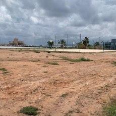 MC lamenta que Noelia Arroyo y Diego Ortega retrasen el nuevo campo de fútbol playa en Los Urrutias