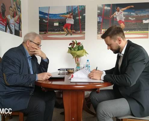 Zdjęcie z podpisania umowy pomiędzy MCC Medale a PZLA