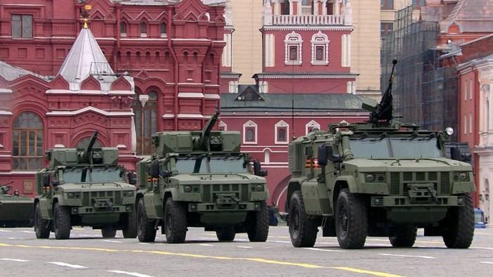 Бронеавтомобили повышенной защищенности «Тайфун-ВДВ» (сзади), и «Тайфун-ПВО» (спереди, без боевого модуля