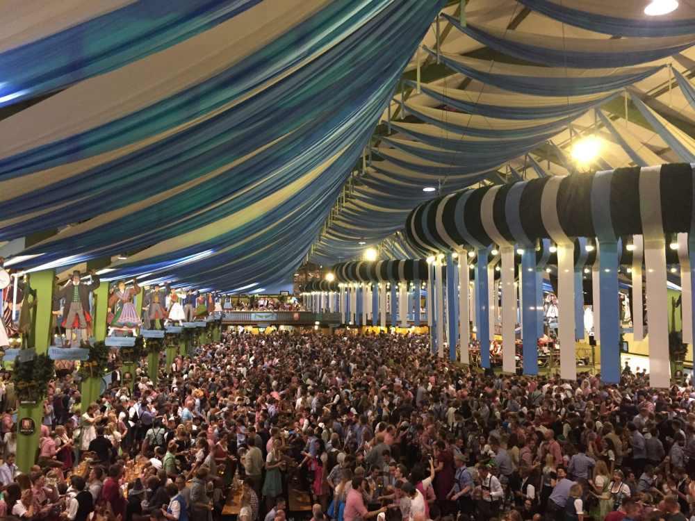 Oktoberfest à Munich: tente remplie de fêtards