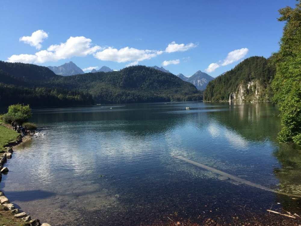Lac au pied du château de Neushwantstein en Allemagne