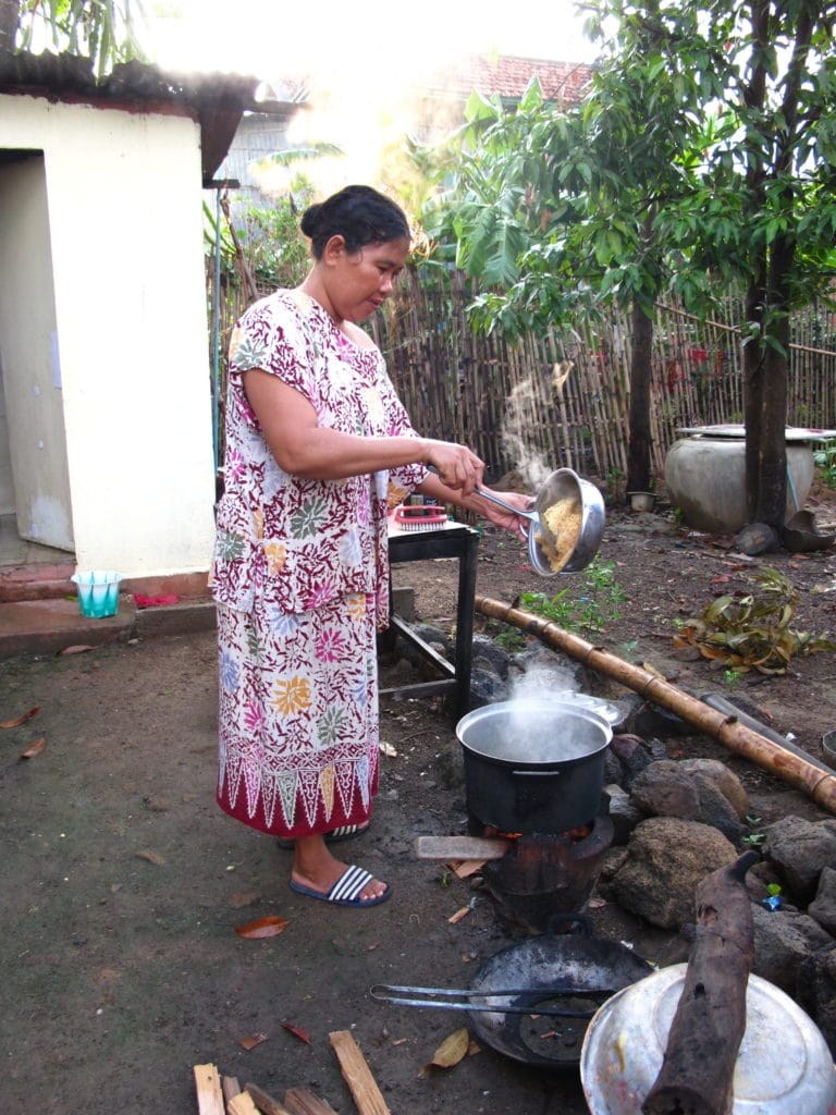 Notre hôtesse cuisine le déjeuner à l'aurore au Cambodge
