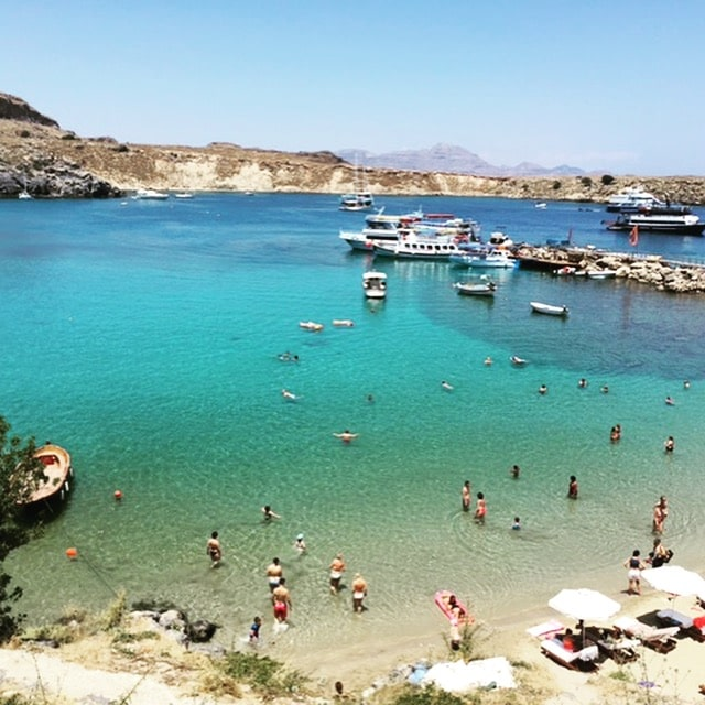 La plage de Lindos sur l'île de Rhodes, Grèce