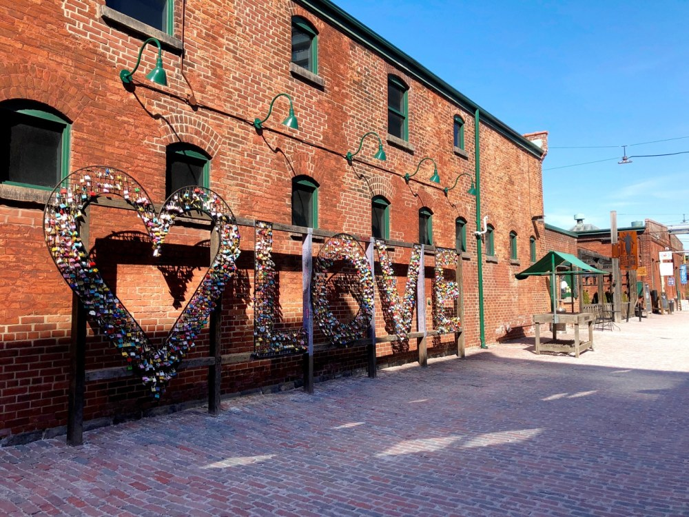 Le quartier Distillery District de Toronto avec sa fameuse affiche LOVE