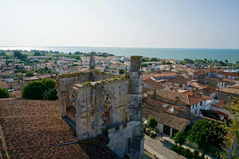 Vue en haut de la tour de la Cathédrale de Saint-Martin à Saint-Martin de Ré