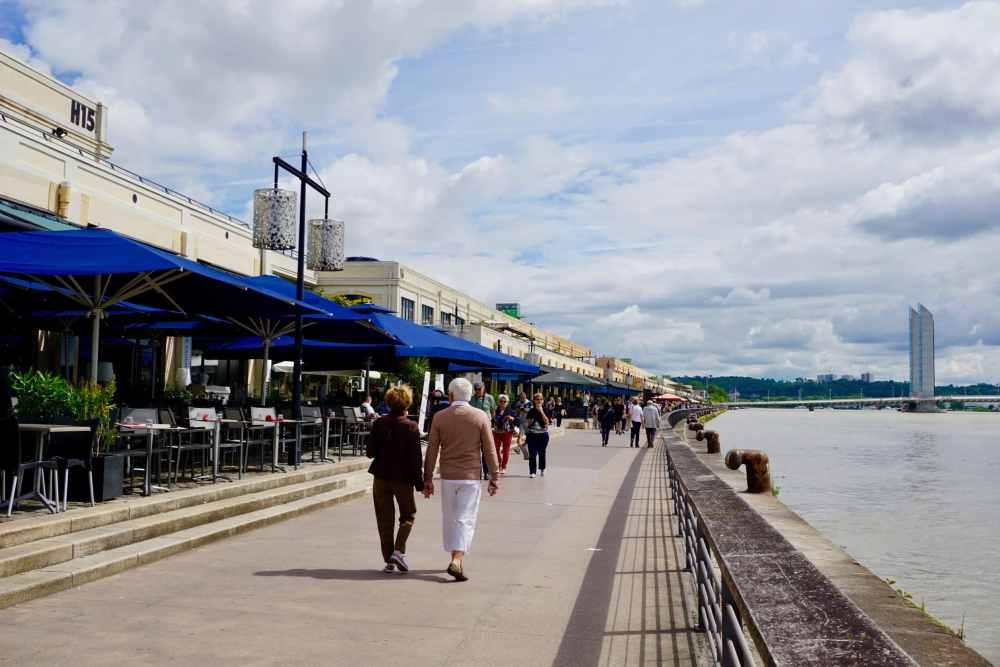 Quai des Marques à Bordeaux , bordé par la Garonne, France, Nouvelle-Aquitaine
