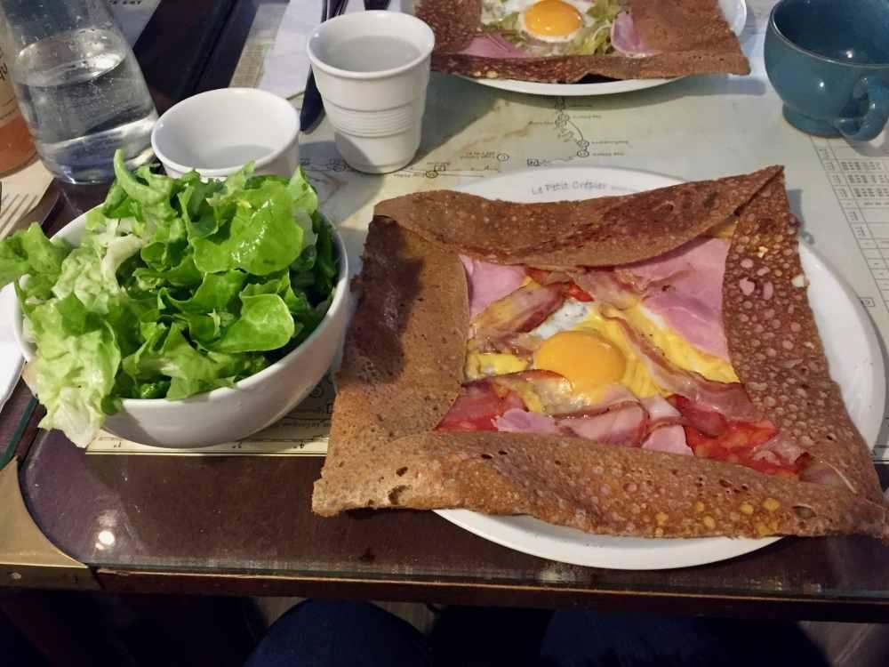 Crêpe bretonne toute garnie du restaurant Le Crêpier de St-Malo, Bretagne, France