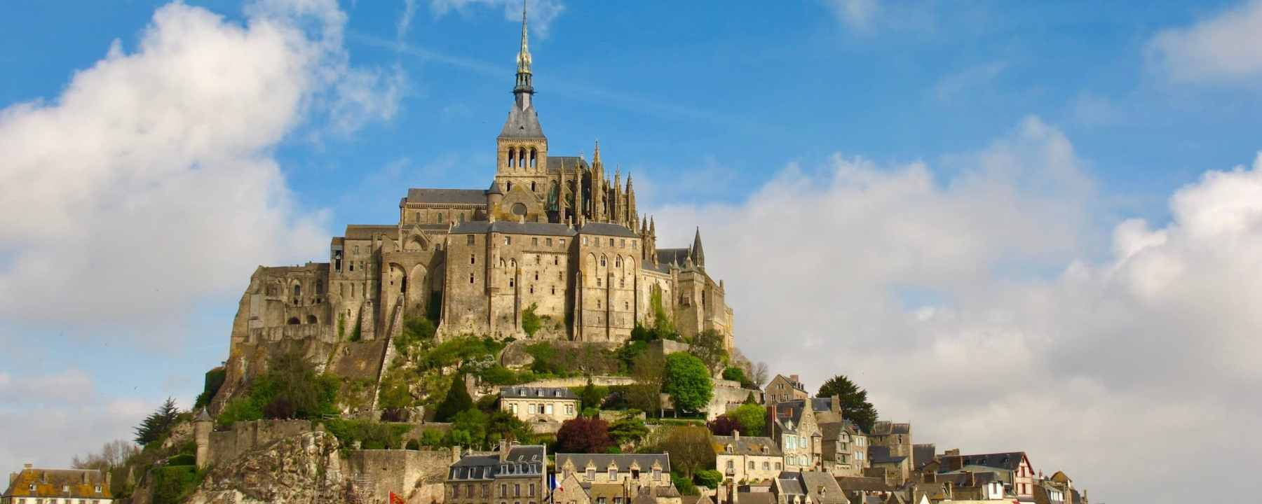 Le Mont St-Michel à marrée basse, en Normandie, France