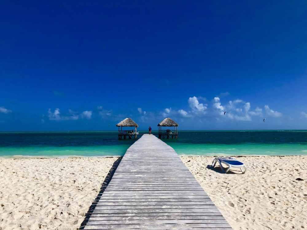 Cuba Cayo Guillermo plage ciel bleu et jetée