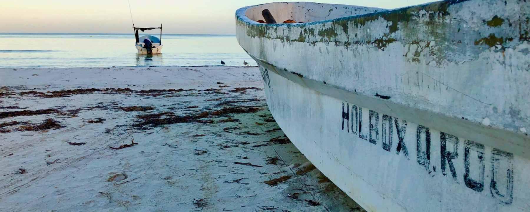 Chaloupe de pêcheurs sur la plage de Isla Hoblox au Mexique