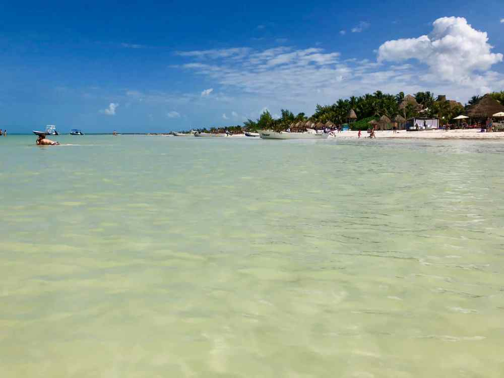 L'eau turquoise et la belle grande plage de Isla Holbox au Mexique