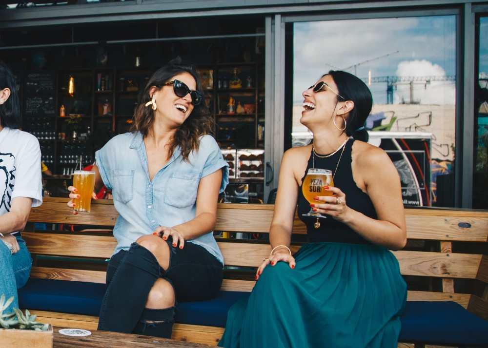 Comment bien choisir son partenaire de voyage? Amies en voyage dans un pub