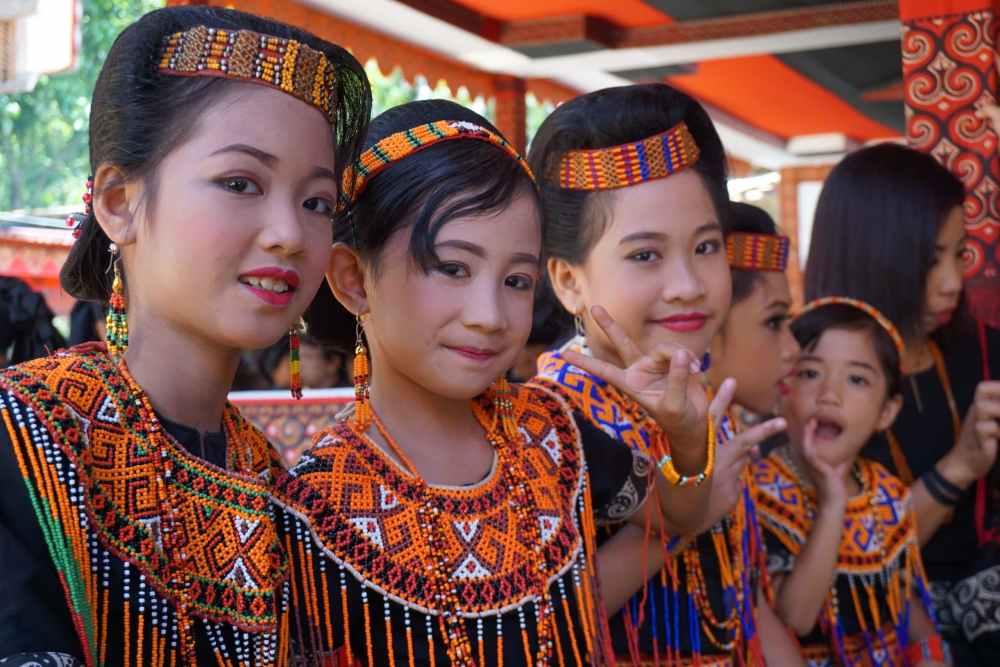Les petites filles du défunt, maquillées et coiffées, vêtues de l'habit traditionnel.