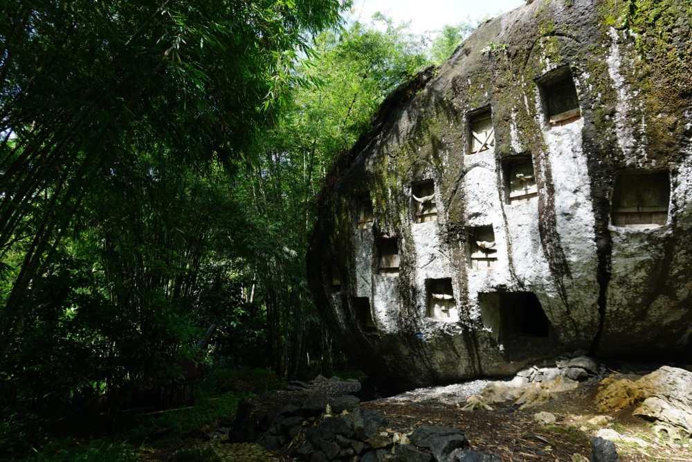 Des tombes sont creusées à même le rocher dans le Toraja à Sulawesi