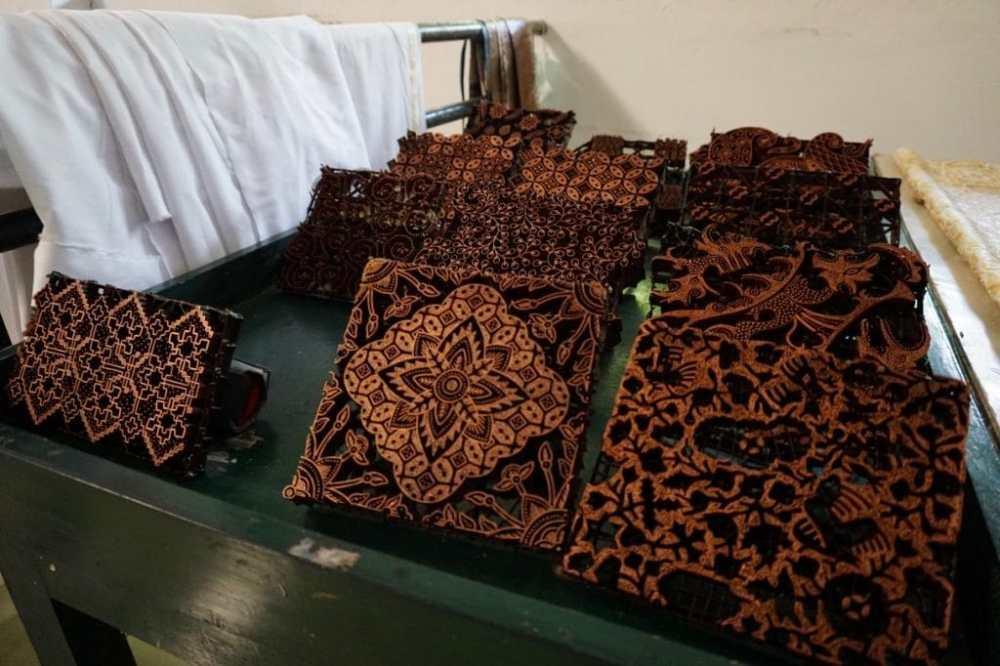 Les différentes étampes utilisées pour la fabrication du Batik dans la boutique Batik Winotosastro